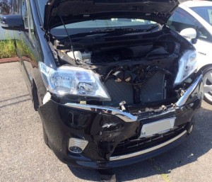 日産セレナ事故修理、フロント部分損傷